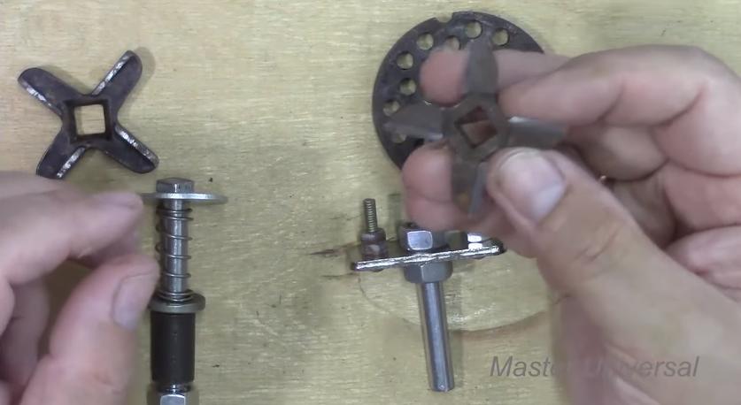 Точим ножи для мясорубки с помощью простого приспособления, которое легко сделать дома