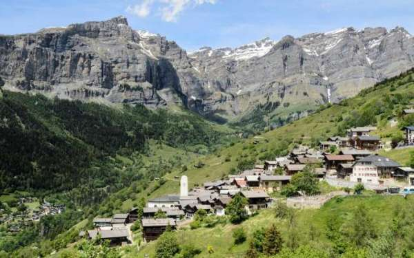 В Швейцарии есть деревня, где готовы платить 1,5 млн рублей всем, кто готов туда переехать. Но не все так просто!