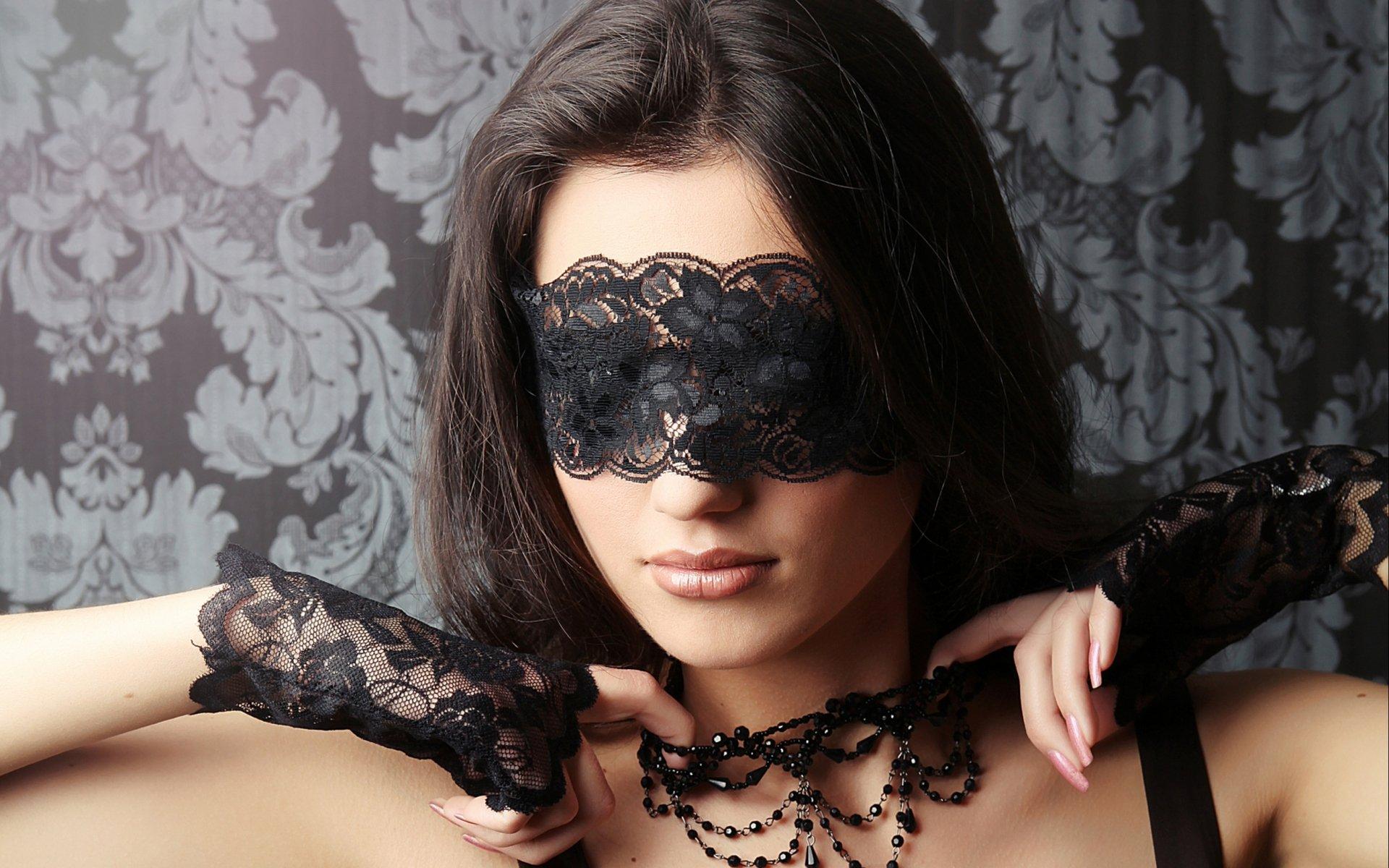 Фото брюнеток с завязанными глазами